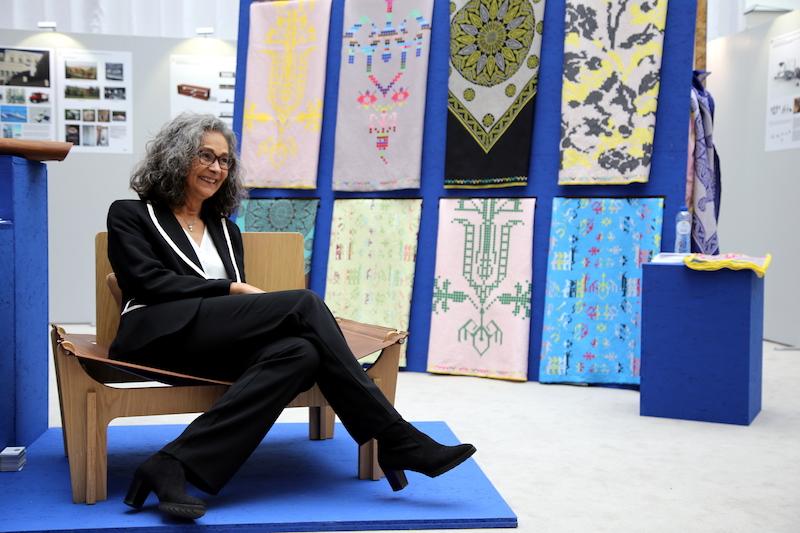 Σοφία Σακοράφα στο όμορφο κάθισμα σχεδιασμένο από την Χριστίνα Σκουλούδη
