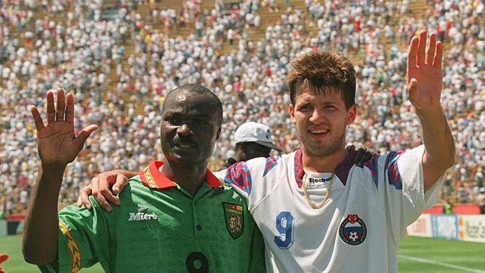 Ροζέ Μιλά και Όλεγκ Σαλένκο, μετά το ματς ΕΣΣΔ - Καμερούν, 1994.
