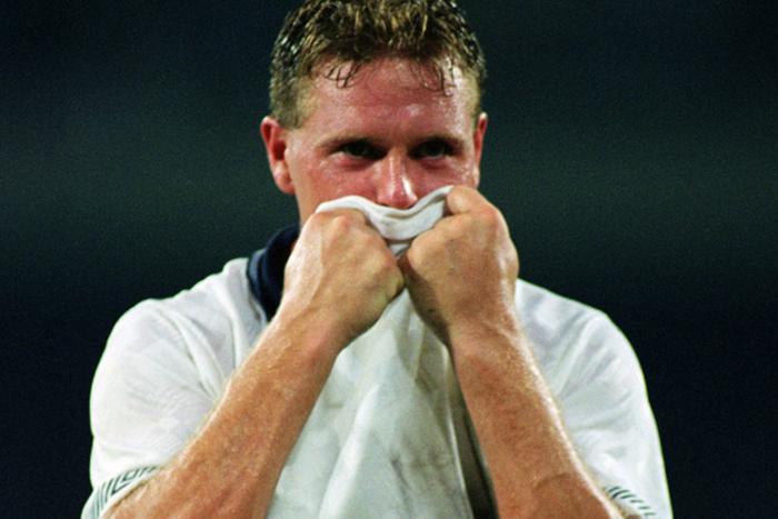 Η περιβόητη φωτογραφία με τον δακρυσμένο Πολ Γκασκόιν, μετά τον χαμένο ημιτελικό με τους Γερμανούς, το 1990.