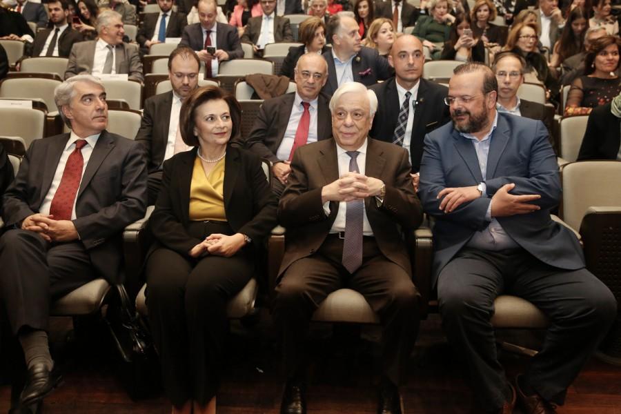 Ο Πρόεδρος της Δημοκρατίας Προκόπης Παυλόπουλος, με την υφυπουργό Εσωτερικών Μαρίνα Χρυσοβελώνη και τον Βουλευτή Α' Θεσσαλονίκης του ΣΥΡΙΖΑ, Αλέξανδρο Τριανταφυλλίδη παρακολουθούν την βράβευση. ΑΠΕ ΜΠΕ/ΣΥΜΕΛΑ ΠΑΝΤΖΑΡΤΖΗ