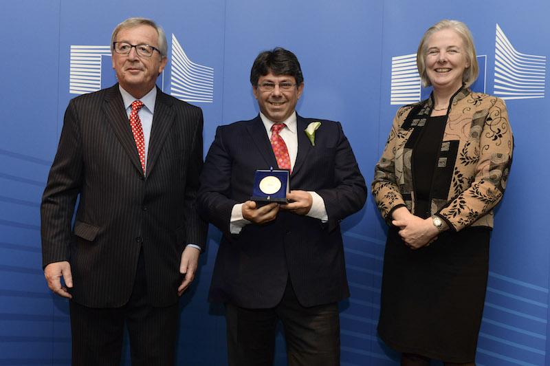 Στην απονομή τιμητικού μεταλλίου για την αναγνώριση 20 ετών ευδόκιμης υπηρεσίας στην Ευρωπαϊκή Επιτροπή μεταξύ του Προέδρου της Ευρωπαϊκής Επιτροπής Ζαν Κλώντ Γιούνκερ και της Γενικού Γραμματέα της Ευρωπαϊκής Επιτροπής Κάθριν Νταίη