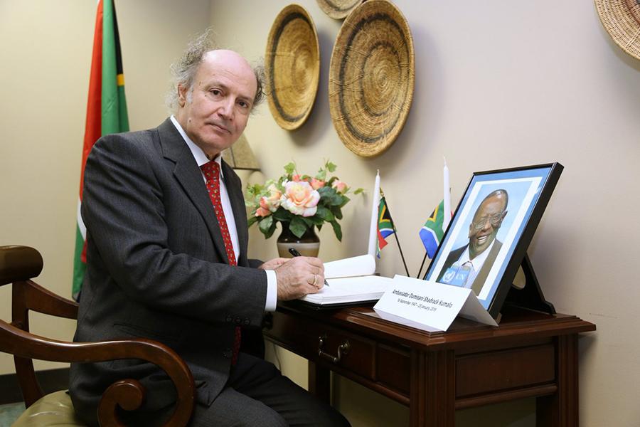o κος Καλαμβρέζος κατά την διάρκεια της θητείας του στην ΜΕΑ στον ΟΗΕ.