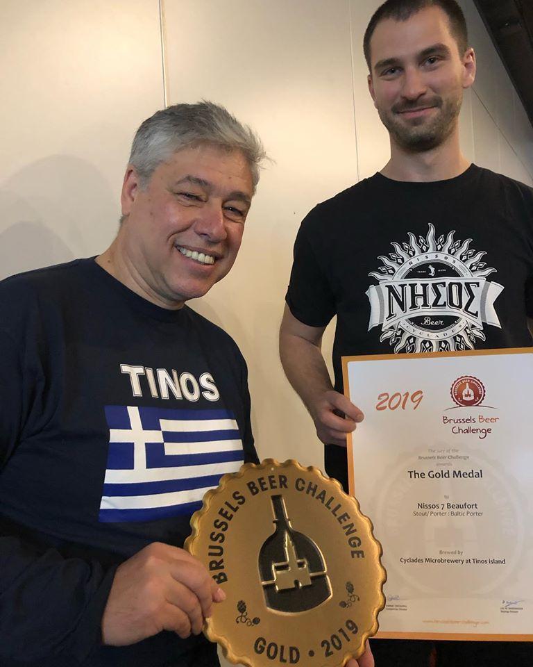 Ο κ. Αλέξανδρος Κουρής, ιδιοκτήτης της ΝΗΣΟΣ, κρατά το βραβείο