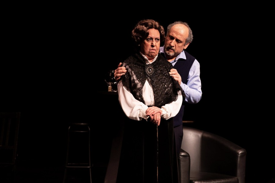 "H Μαρία Χούλη με τον Νίκο Παναγιωταράκη στην παράσταση ""Τα δέντρα πεθαίνουν όρθια"" (Λύκειο Ελληνίδων Βρυξελλών)"