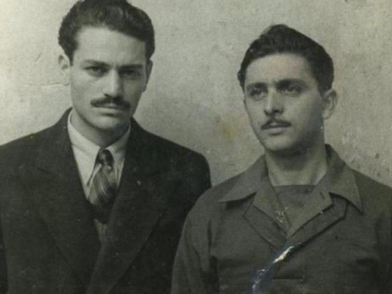 Ο Μανώλης Γλέζος μαζί με τον Λάκη Σάντα αποκαθήλωσαν τη σβάστικα από την Ακρόπολη στις 30/5/1941.