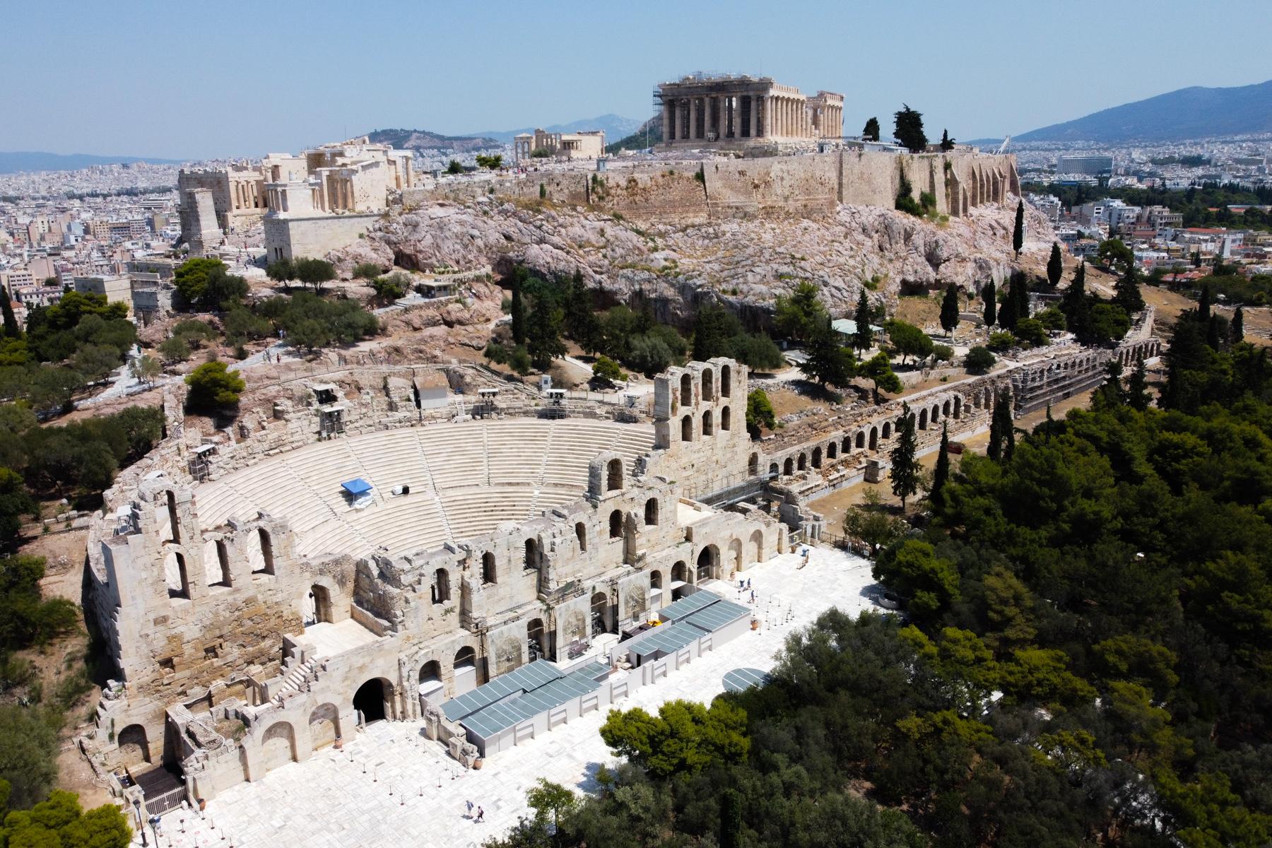 Αεροφωτογραφία με χρήση drone του εμβληματικού λόφου της Ακρόπολης, του Παρθενώνα και του διάσημου θεάτρου του Διονύσου στην Αθήνα, 5 Αυγούστου 2020