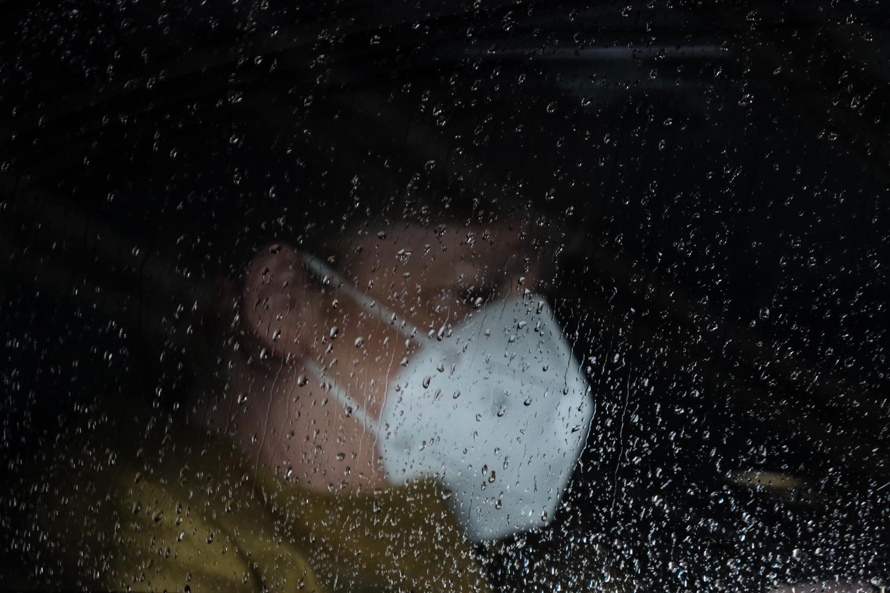 Η Γερμανίδα καγκελάριος Άνγκελα Μέρκελ, όπως φαίνεται πίσω από σταγόνες βροχής στο παράθυρο του αυτοκινήτου της, καθώς φεύγει από το Ευρωπαϊκό Συμβούλιο στις Βρυξέλλες.  11 Δεκεμβρίου 2020