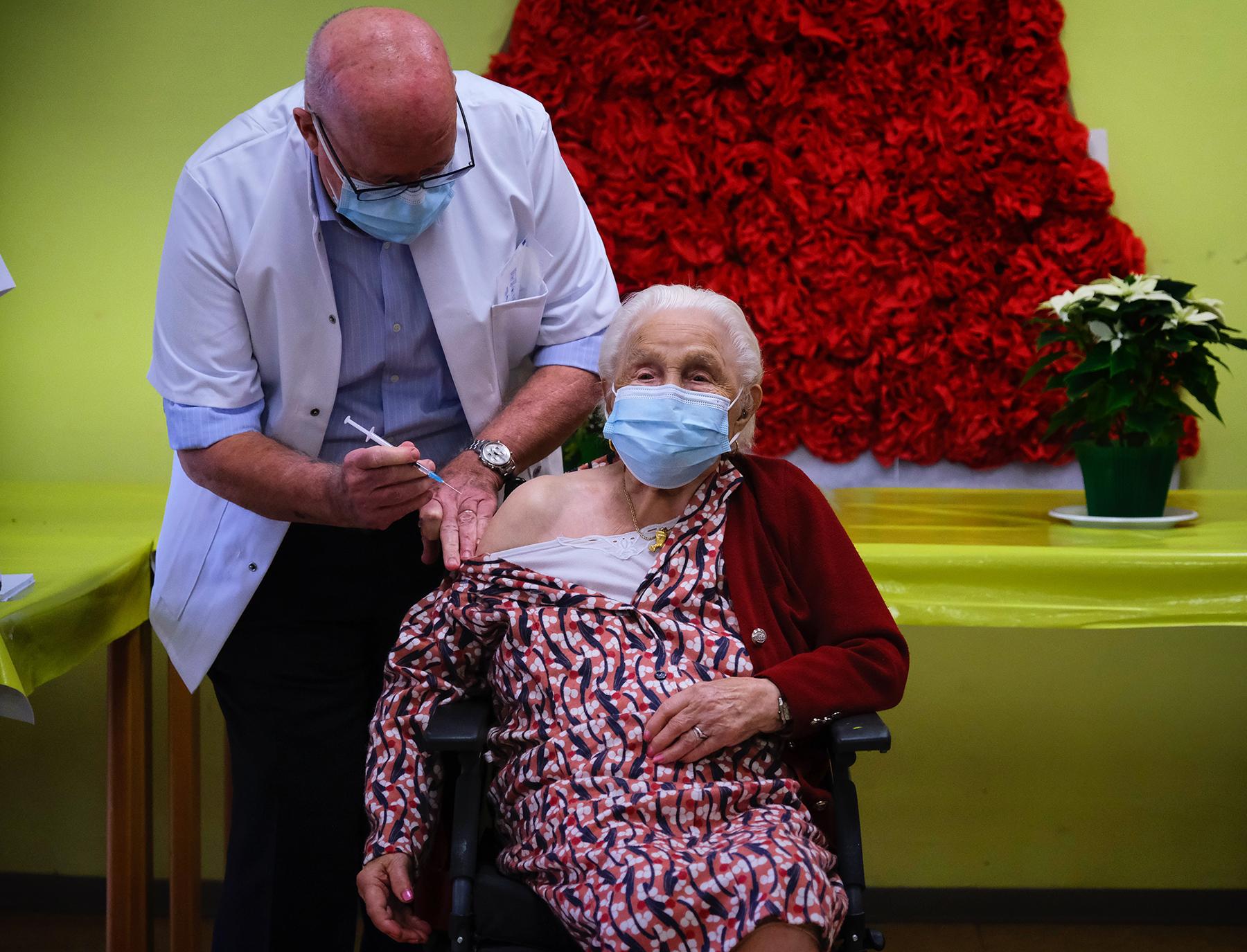 """Η Josepha Delmotte, 102 ετών, λαμβάνει μια δόση του εμβολίου Pfizer-BioNTech στον οίκο ευγηρίας """"La Bonne Maison de Bouzanton"""" κατά τη διάρκεια του πρώτου εμβολιασμού το Βέλγιο. Μονς, 28 Δεκεμβρίου 2020."""