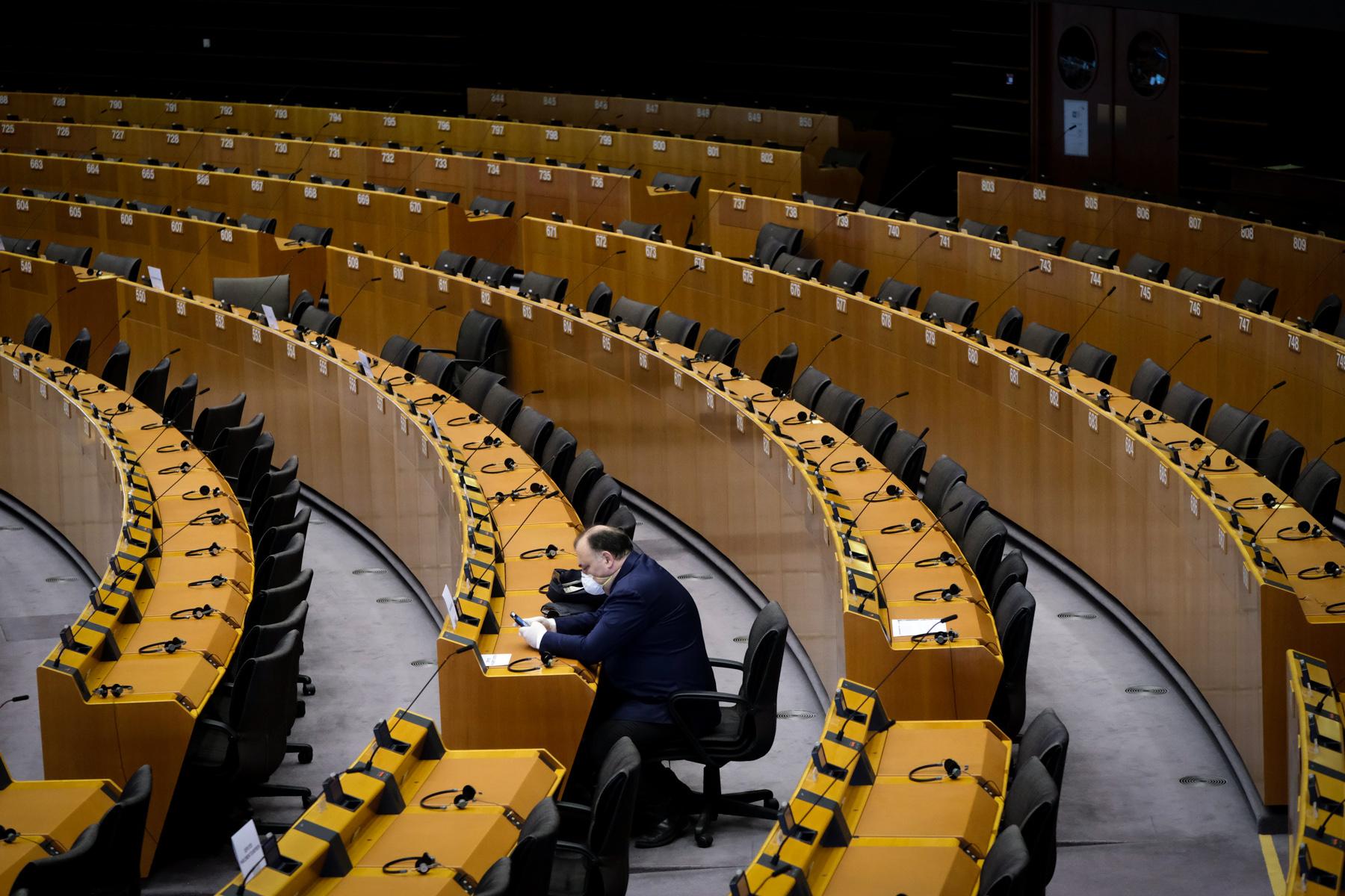 Μέλος του Ευρωπαϊκού Κοινοβουλίου με προστατευτική μάσκα και γάντια κατά τη διάρκεια της ειδικής συνόδου της ΕΕ για την έγκριση ειδικών μέτρων για τη μείωση των οικονομικών επιπτώσεων από την νόσο του COVID-19. Βρυξέλλες, 26 Μαρτίου 2020 H φωτογραφία απέσπασε το Χάλκινο Βραβείο κατά την απονομή των βραβείων Prix de la Photographie, Paris (PX3) για το 2020.