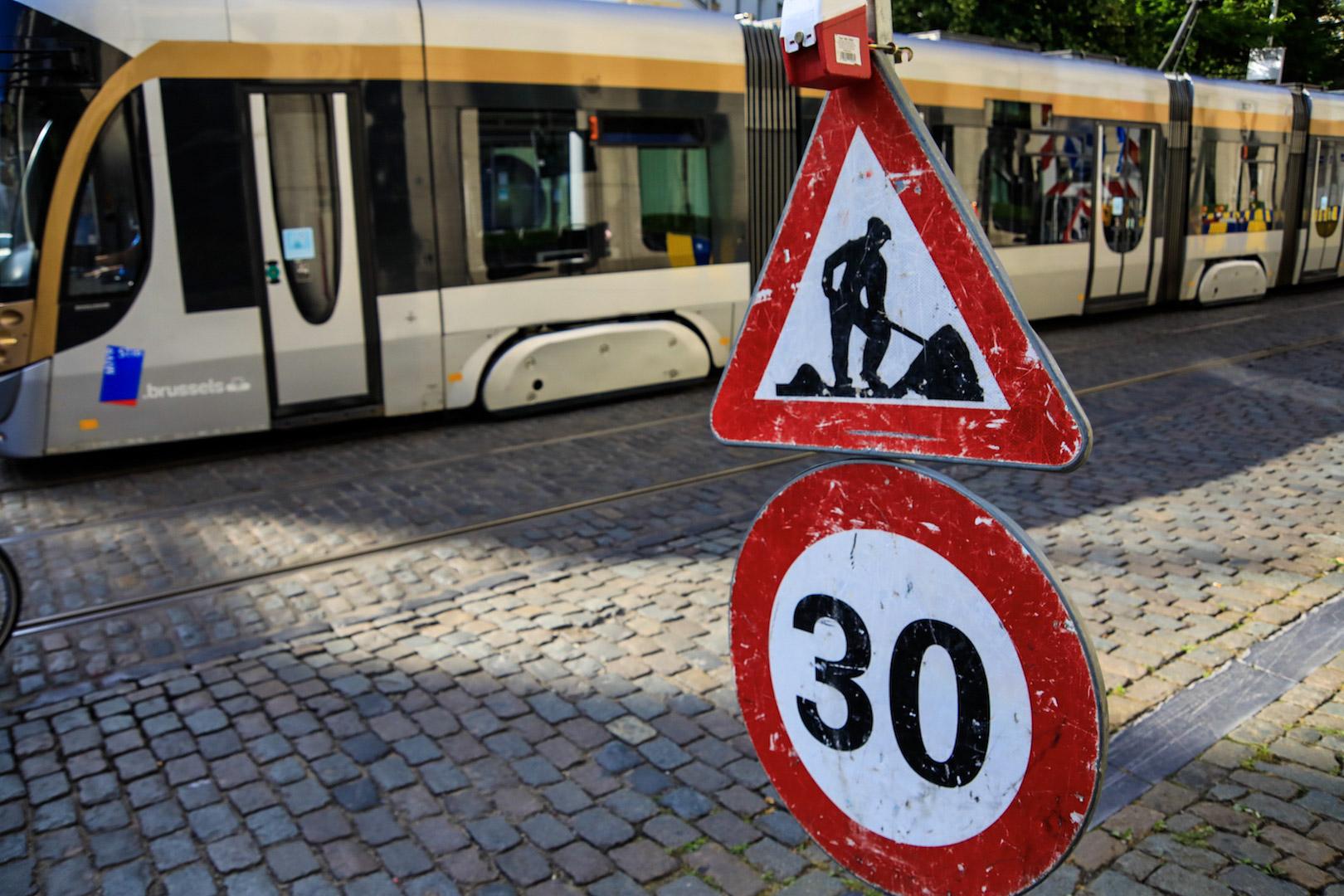 zone 30 sign road works traveaux tram stib