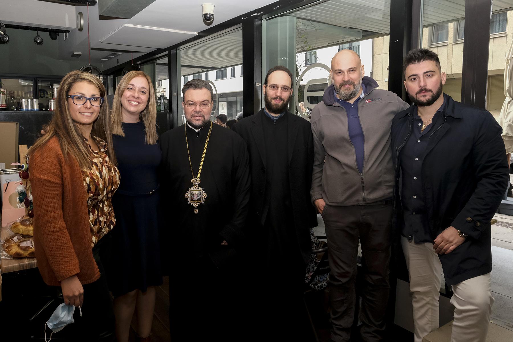 Από την Αδελφότητα Ελληνίδων Κυριών, οι κυρίες Σαρίκα Άρτεμις και Κωνσταντία Μεταξάκη, ο Θεοφιλέστατος Επίσκοπος Απολλωνιάδος κ. Ιωακείμ, ο Ιερολογιώτατος Αρχιδιάκονος κ. Αιμιλιανός Χατζιβασιλείου, ο κ. Ντιναλέξης Ντίνος (Attica) και ο κος Αλέξανδρος Κεχαγιάς (AKT)